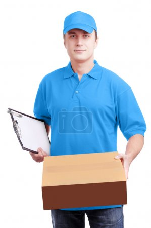 Photo pour Jeune homme courier dans lumière uniforme bleu tenant une boîte et une tablette isolé sur blanc studio shot - image libre de droit
