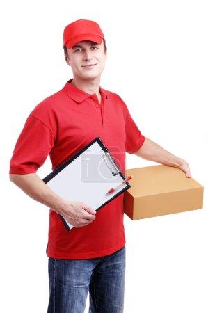 Photo pour Homme messager en uniforme rouge avec une boîte isolée sur blanc - image libre de droit