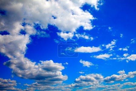 Photo pour Ciel bleu avec des nuages - image libre de droit