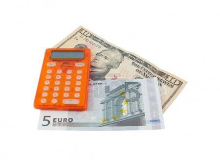 Foto de Calculadora con billetes de 5 euros y diez dólares aislados sobre un fondo blanco - Imagen libre de derechos
