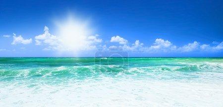 Photo pour Belle plage bleue vue panoramique sur la mer, avec eau propre et ciel bleu, concept de vacances et de paix - image libre de droit