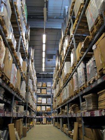 Foto de Corredor de almacén con las mercancías hasta el techo - Imagen libre de derechos