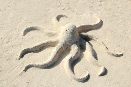Photo pour Sculpture de poulpe de sable sur la plage de sable blanc des Caraïbes - image libre de droit