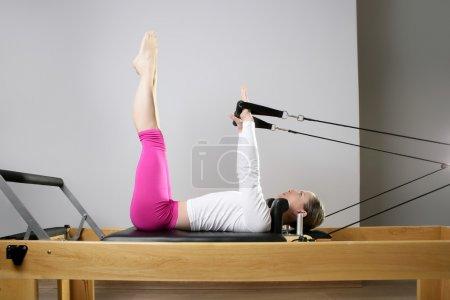 Photo pour Gymnase femme pilates étirement sport dans réformateur lit instructeur fille - image libre de droit