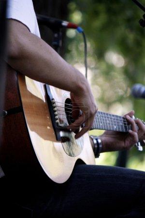 Photo pour La main d'un musicien guitare jouant de la musique. - image libre de droit