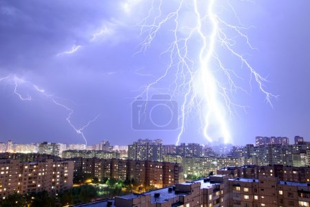 Foto de Visualización de un rayo sobre - Imagen libre de derechos