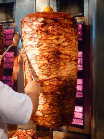 Photo pour Shawarma est l'un de la restauration rapide plat le plus populaire dans les pays du Moyen-Orient. - image libre de droit