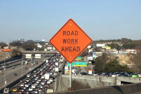 Photo pour Orange Road Work Ahead Panneau indiquant embouteillage derrière en mise au point douce - image libre de droit