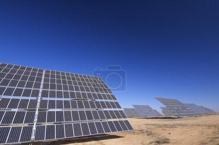 Foto de Grandes paneles solares y cielo despejado - Imagen libre de derechos