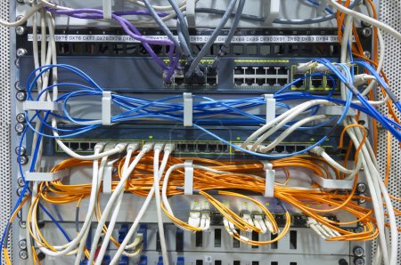 Photo pour Premier plan d'un réseau hub et correctif des câbles - image libre de droit
